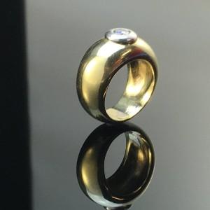 Brillantring - De, Düsseldorf, Völklinger Straße - Massiv ring udført i 14 kt. guld (stemplet), prydet med en brillant på ca. 0.20 ct. Farve: Crystal (J), klarhed: VSI2. Ringstr. ca.: 48, diameter ca.: 15,5 mm. Vægt ca.: 16,5 g. Ringen fremstår i aldersrelateret  - De, Düsseldorf, Völklinger Straße