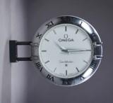 Omega Constellation. Stort udendørs butiksur af delvist aluminium og metal med sølvfarvet skive, ca. 1990'erne