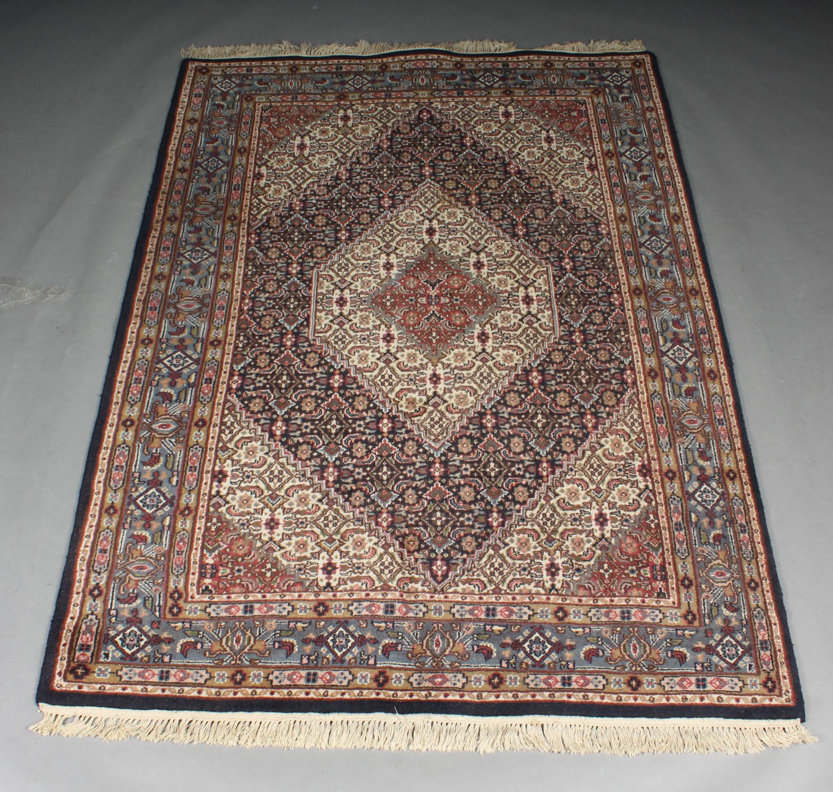 Indo Bidjar tæppe, 162 x 245 cm - Indo Bidjar tæppe, 162 x 245 cm. Håndknyttet tæppe af 100% uld på grundvæv af bomuld. Fremstår med brugsspor