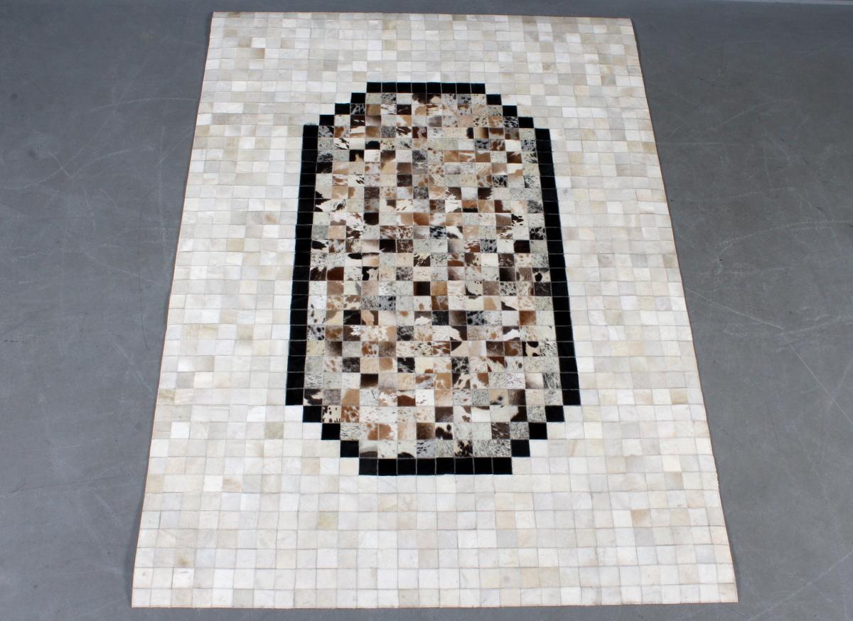 Koskindstæppe. Patchwork, 217 x 156 cm - Koskind. Rustikt patchwork tæppe af brasiliansk koskind. håndlavet i Indien. Mål ca. 217 x 156 cm
