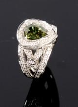 Diamond ring, 18 kt white gold with demantoid garnet, 4.04 ct
