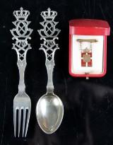 Samling royale effekter. Chr. X kongemærke af guld samt gaffel og ske af sølv (3)