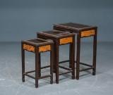 Orientalske / østasiatiske indskudsborde af udskåret træ, 20 årh (3)