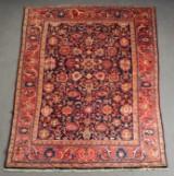 Hamadan tæppe med naturfarver i rødt, rosé og mørkeblåt, håndknyttet, materiale: uld på bomuld, mål: ca. 216 x 290 cm.
