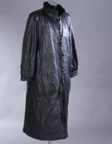 Frakke af sort læder med aftageligt foer af kaninpels, str. ca. 38