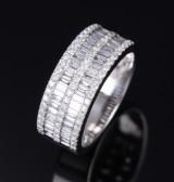 HJ Namdar. Moderne diamant-og brillantring af 14 kt. hvidguld, i alt ca. 1.28 ct
