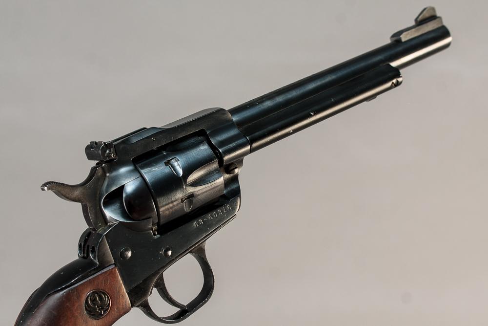Ruger new model Single six revolver kal. 22 - Ruger new model Single six revolver kal. 22. TL 30 cm, PL 26,5 cm. Fremstår med mindre brugsspor. Våbennr. 63-60316. SKV2 tilladelse påkrævet