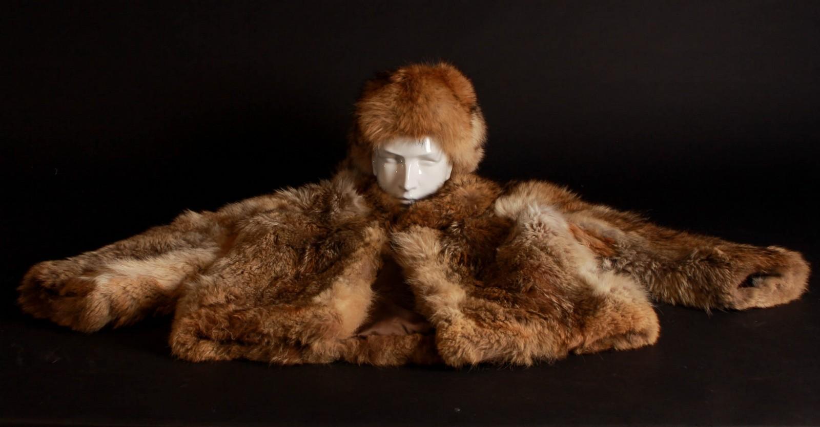 Pelsjakke og pelshat af skandinavisk rød ræv - Pelsjakke og pelshat af skandinavisk rød ræv med indstikslommer samt hægtelukning. Ryglængde 75 cm. Ærmelængde 63 cm. Ryg-brystmål ca. 110 cm. Med brugsspor str. 38