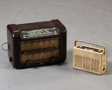 Philips bakelitradio samt Bravour transistorradio (2)
