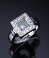 Vanli. Brilliant-cut diamond ring, 18 kt. white gold with mobile diamond, total approx. 0.50 ct.
