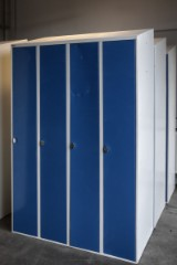 Garderobeskabe, råhvide  med cyanblå låger, mrk. Sonosson. (3)