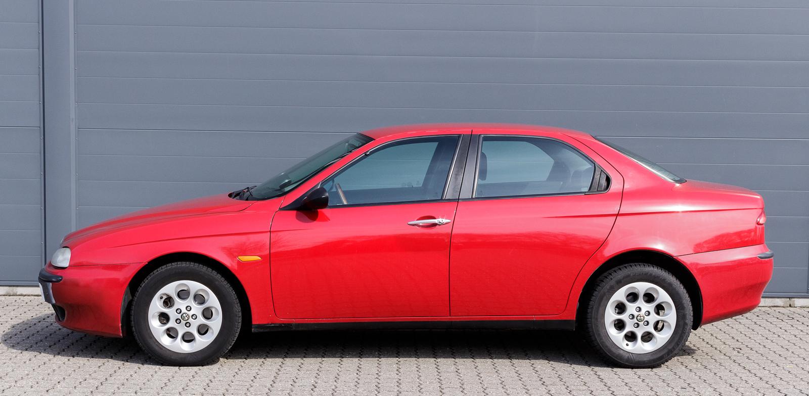 Alfa Romeo 156, 2,0 TS 16v årg. 1998 - Alfa Romeo 156, 2,0 TS 16v årg. 1998. Rødlakeret. km. stand 212.930. Velourkabine. Trærat. Pioneer radio. Frremstår velholdt. Seneste syn 21/03-2016. Med registreringsattest. To originalnøgler medfølger. Uden nummerplader