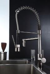 Køkken armatur i moderne design. Sortforkromet.
