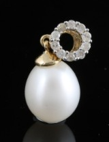 Gold cultured fresh water pearl and diamond pendant approx. 0.10ct