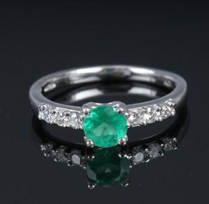 Engelsk smaragd- og brillantring af platin - Dk, Vejle, Dandyvej - Engelsk smaragd- og brillantring af 950 platin, prydet med rund facetsleben smaragd på ca. 0.50 ct. flankeret af 6 brillantslebne diamanter, i alt ca. 0.18 ct. Farve: Wesselton (H) Klarhed: VS-SI. Stemplet med London gold hallmarks  - Dk, Vejle, Dandyvej