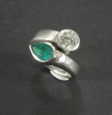 Emerald and brilliant-cut diamond ring, platinum, approx. 1.15 ct.