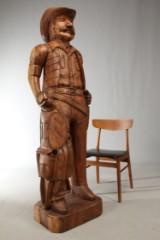 To håndskårne træfigurer af amerikansk elletræ. Cowboy og indianer (2)