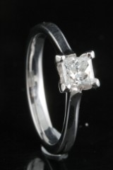 Ring in 18k set with princess cut diamond 0.50 ct