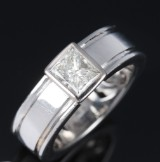A modern solitaire diamond ring, platinum, with princess-cut diamond, approx. 1.00 ct. Weight approx. 10.2 g