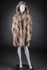 Pelsfrakke af gråræv, mrk. Saga Fox og pelsvest af vaskebjørn,  str. 40 / 42. (2)