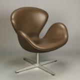 Arne Jacobsen. Lænestol, 'Svanen' model 3320, mørkebrunt læder