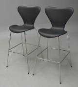 Arne Jacobsen. Par 'Syv'er' barstole med sort læder, model 3197. (2)