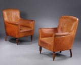 Dansk møbelproducent. Et par lænestole betrukket med patineret læder (2)