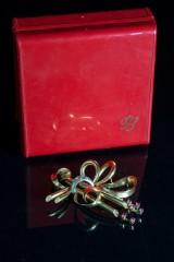 Sløjfe-broche, 750 guld, 6 rubiner, 3 rosenslebne diamanter, Italien, ca. 1960