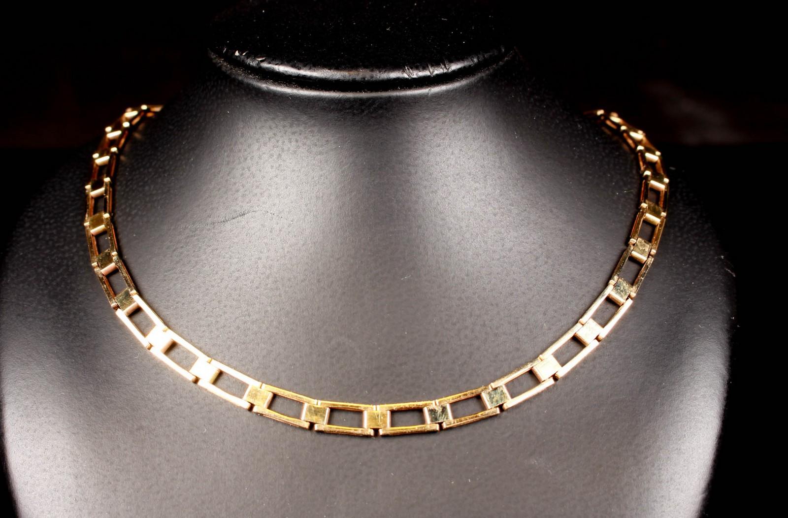 Halskæde fra Scandia Affinerings Værk af 8kt. guld - Halskæde fra Scandia Affinerings Værk af 8kt. guld. lukke med kasselås samt to sikkerheds hasper. Der medfølger et guldstykke til forlængelse af kæden. 4.4 cm. Vægt: 14.9 gram. Længde : 39 cm Bredde: 4.6 cm