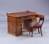 Kasseskrivebord samt klismosstol (2)