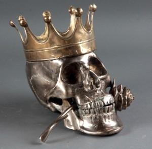 Kranie med krone samt rose i munden - Dk, Helsingør, Støberivej - Kranie af bronze samt forsølvet bronze, dekoreret med krone samt rose i munden. H. ca. 22 L. ca. 27 cm. - Dk, Helsingør, Støberivej