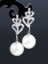 South Sea pearl and diamond earrings, 18 kt. white gold, pearl Ø approx. 14.64 mm. (2)
