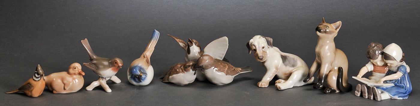 Bing & Grøndahl og Royal Copenhagen. En samling figurer af porcelæn - En samling figurer af porcelæn bestående af, Bing & Grøndahl: Læsende børn 1567, spurv 1633, gråspurve 1670, hund 2027, ælling 1548, kat 2308 (2.sort), rødhals på kvist 2311. Royal Copenhagen: Fugl 1506. Er intet andet angivet i parentes så...