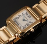 Cartier 'Tank Francaise'. Ladies watch, 18 kt. gold, with sapphire