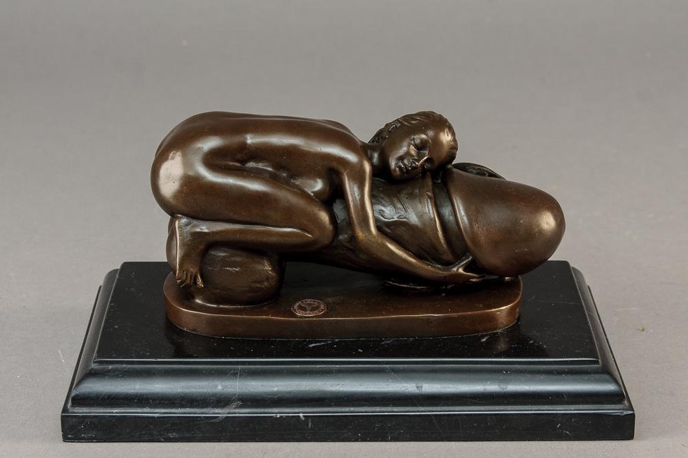 Erotisk bronze skulptur - Erotisk bronze skulptur iform af liggende kvinde på fallos. Monteret på sokkel af marmor H. 13 cm L. 24 cm x B. 14 cm. Sign. B.Zach. Af nyere dato. Modelfoto
