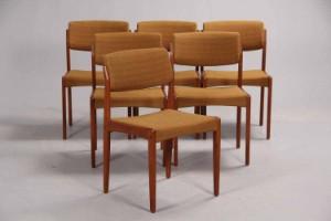 H.W. Klein for Bramin. Seks stole af teak (6) - Dk, Herning, Engdahlsvej - H.W. Klein. Seks stole af teak betrukket med gullig møbelstof. H. 78 cm, sh. 44 cm, B. 48 cm. Fremstillet hos Bramin 1960-1970'erne. Fremstår med alm. brugsspor. (6) - Dk, Herning, Engdahlsvej