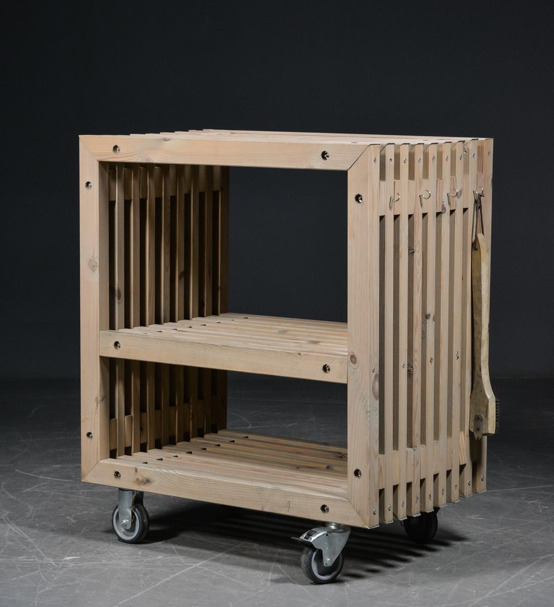 Sidebord på hjul, stel af fyrretræ - Sidebord / anretterbord på hjul, stel af fyrretræ. Brugsspor. H. 94. 80 x 49 cm. Alm. små brugspræg