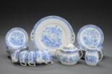 Kaffeservice af porcelæn dekoreret i guld og blåt med blomster og bladværk  (24).