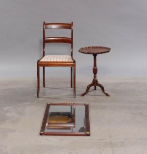 Entremøbler, bestående af spejl, stol og bord i mahogni (3) - Dk, Aalborg, Nibevej  - Entremøbler i mahogni bestående af: stol med polstret sæde H. 84,5 cm B. 37,5 cm, facetslebet spejl i ramme prydet med guld detaljer H. 81 cm, B. 47 cm samt lille bord H. 56 cm, Ø 42 cm. Fremstår med almindelig brugsspor. (3) - Dk, Aalborg, Nibevej