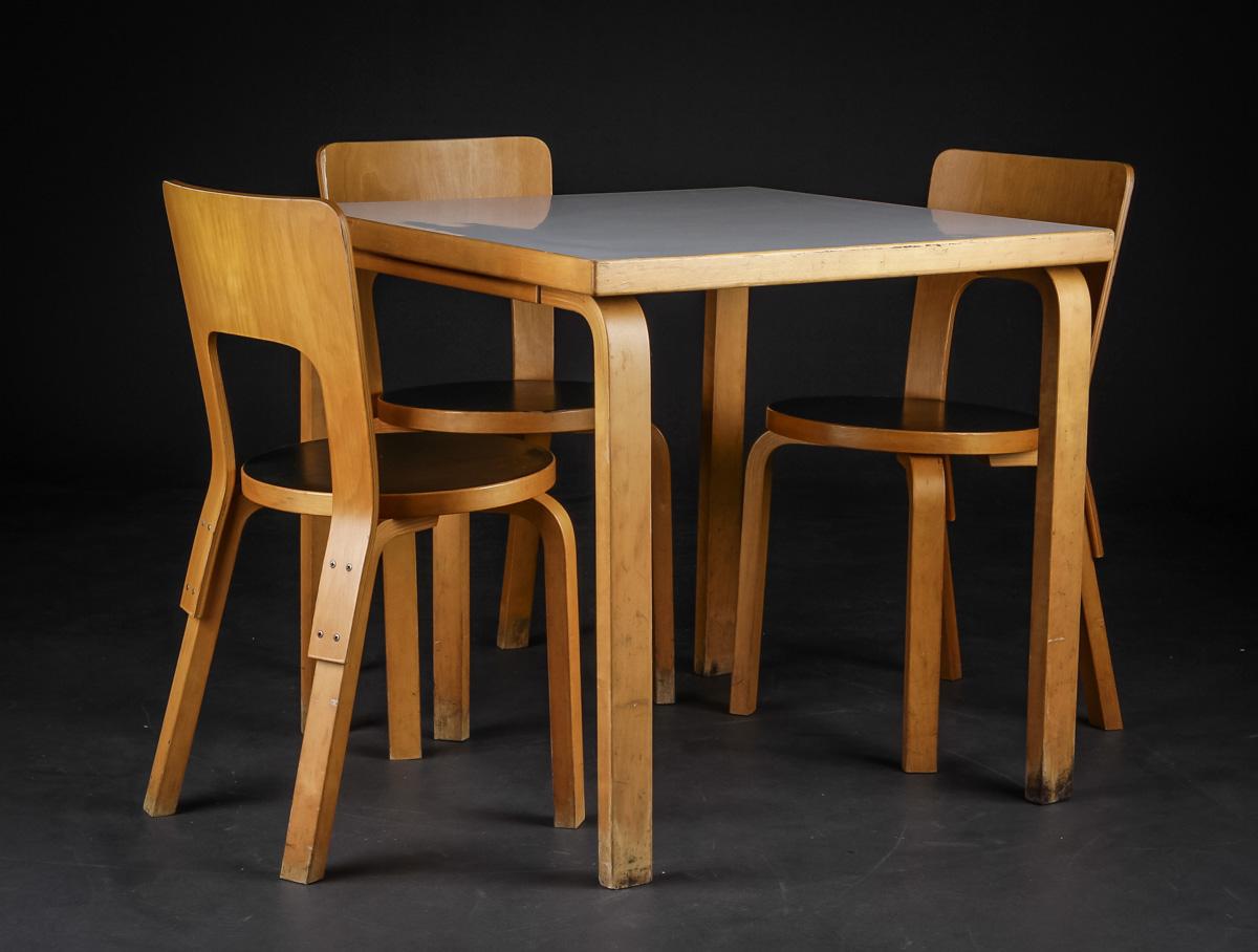 Auktionstipset - Alvar Aalto. Kvadratisk bord samt tre stole model ...