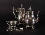 To sølvkaffekander, sukkerskål og sukkertang fremstillet i USA (4)