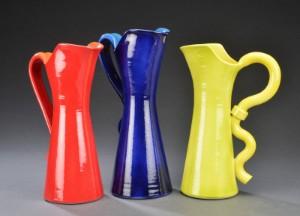 Jesper Packness. En samling på kander af glasseret stentøj  rød, blå og gul.  (3). - Dk, Herlev, Dynamovej - Jesper Packness. En samling på kander af glasseret stentøj rød, blå og gul. H. 34-37 cm. (3). - Dk, Herlev, Dynamovej