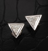 A pair of solitaire diamond earrings, 18 kt. white gold. Approx. 2.00 ct. TW/VS (2)