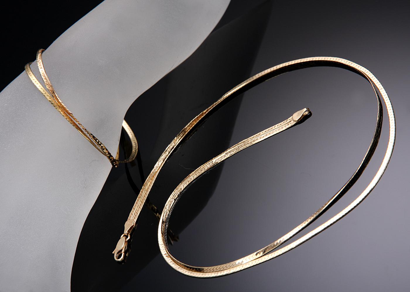 Smykkesæt med halskæde og armlænke i 14 kt. guld - Smykkesæt med dobbeltradet halskæde og armlænke i 14 kt. guld. Halskæde L. 39 cm, armlænke L. 17,5 cm. Samlet vægt 12,8 g. Fremstår med brugsspor. Hidrører fra dansk privat smykkesamling