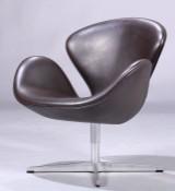 Arne Jacobsen. Svanen. Lænestol, model 3320, originalt betrukket med mørkt, brunt læder