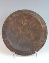 Bronzeteller mit dem Relief eines Spinnennetz, monogrammiert: BIM