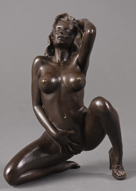 Erotisk bronzefigur, knælende kvinde - Bronzefigur forestillende kvinde i erotisk positur. H. 22 cm. Modelfoto