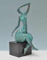 Abstrakt figur af grønpatineret bronze