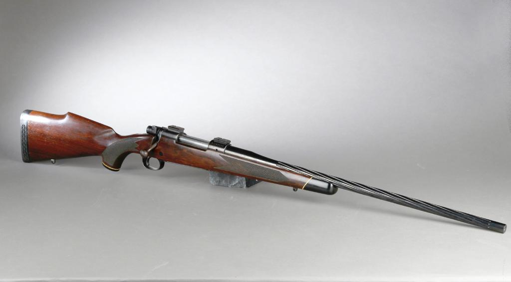 Winchester, jagtriffel model 70 kaliber 270 - Winchester, jagtriffel model 70 kaliber 270 med ny, snoet pibe. Våbennummer: G1195558. PL: 58,5 cm. TL: 115 cm. Kolbelængde: 36,5 cm. Er kun brugt få gange. Fremstår med få brugsspor, og stram mekanik samt ren riffelgang. Riffeltilladelse...