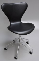 Arne Jacobsen. Office chair, model 3117, black Elegance leather